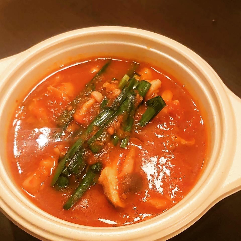 牛ホルモンのピリ辛トマトソース煮込み(ライス、野菜、一品付き)